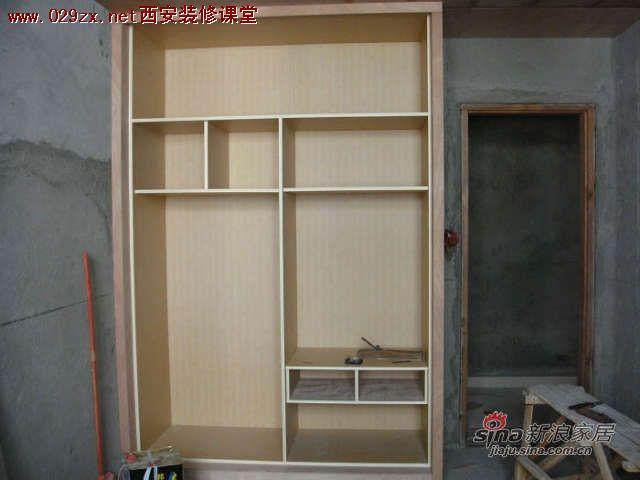 偶家的大部分家具最终决定让木工师傅来做。其实木工师傅做的并没有大厂家做的工艺那么好,而且可能算到最后价钱也不一定便宜。但由于现场制作的家具能够比较适合家里的尺寸,能够做到严丝密缝,不会浪费空间(例如一些不规则的空间,如有些地方柱子突出来,有些角落凹进去),所以这也是我们选择木工做家具的原因。既然要现场制作,那就一定要有现场制作的优势。总不能木工师傅叫到跟前,然后指指这指指那,说偶要做这做那,然后就叫木工师傅随兴发挥去吧。这样做出来的家具要么千篇一律,要么根本不符合自己的需求,更不能达到充分利用空间的目的