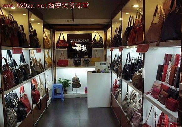 目前,服装店多选择专业市场的铺位,大型商厦的专柜,以及服装一条街上