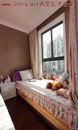 以可爱的毛绒玩具,独具创意的铅笔挂衣架还有淡紫色软软的飘窗垫相