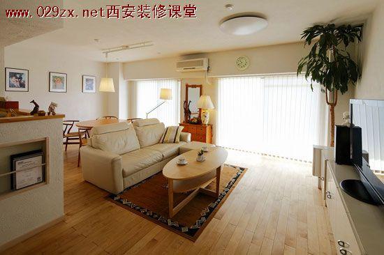 装饰Tips:黑白色调与实木家居的搭配,干净简单,弥漫着传统日式风格,连靠垫也是不例外。舒适的皮质沙发与柔软的地毯,提升了这个小户型客厅的品味,薄薄的窗纱,让客厅拥有极佳的采光,使这个小空间变得宽敞明亮。  装饰Tips:这案例里面,摆放电视的位置变成一个独立的空间,加上 灯光效果,搭配两盆植物,便成了现代的时尚与自然淡雅的日式风格相融合。